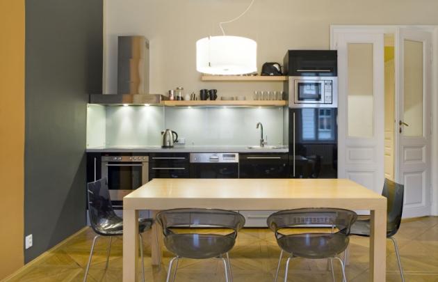 Velikost kuchyně odpovídá počtu rodinných příslušníků. Její minimalistické pojetí podpoří detaily, které jsou zachovány z původního stavu