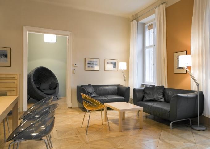 Obývací pokoj je součástí multifunkční místnosti. Barvy na zdech působí příjemně a nenásilně, zapadají do barevného konceptu celého spodního patra