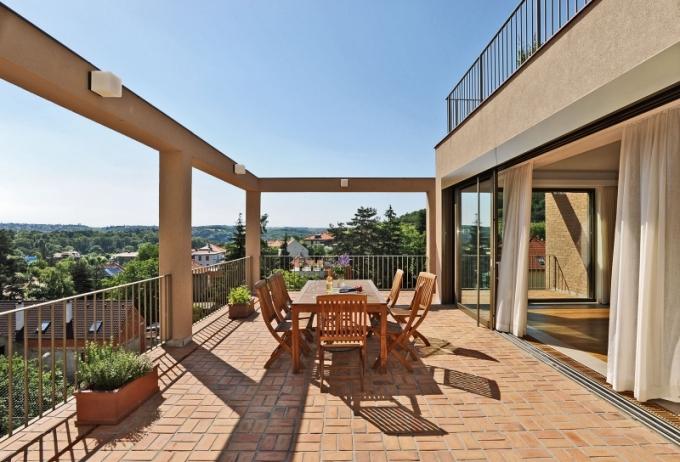 Dům má několik velkých teras vybízejích k odpočinku