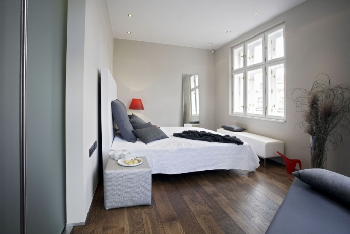 Ložnice je od zbytku interiéru oddělena posuvnými dveřmi z pískovaného skla. Relativně velký dílec lze zasunout za kuchyňský kout a tím celý prostor otevřít