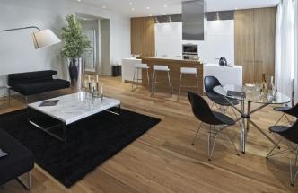 Jídelní stůl se židlemi patří k designovým evergreenům, majitel se jimi rád obklopuje