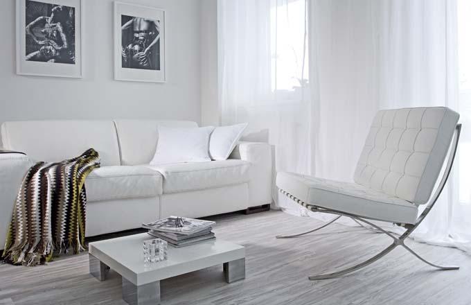 Mezi oblíbené kusy nábytku patří křeslo Barcelona. Původně bylo v černém provedení, ale majitel usoudil, že do malého prostoru se více hodí v bílém