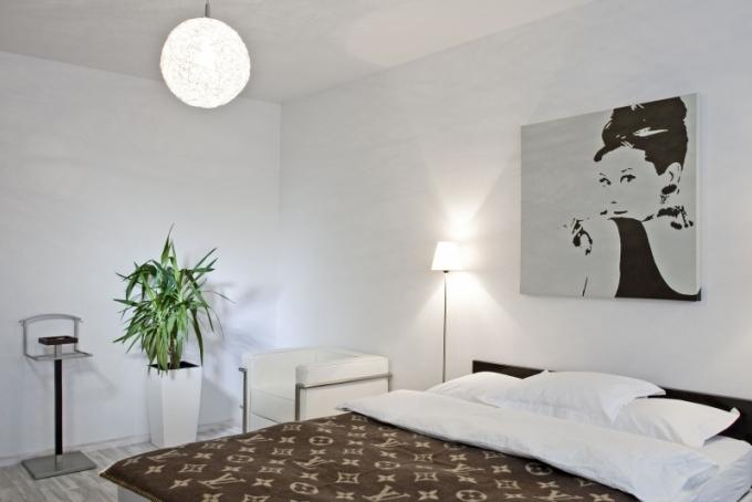 V ložnici je na stěnách jen několik obrazů, němý sluha (Calligaris) a jako doplněk květina. Minimalismus je i zde zachován