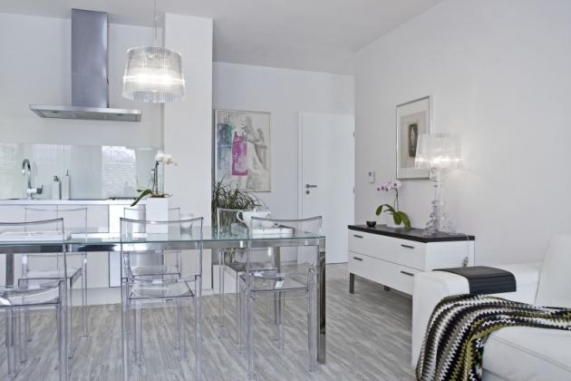Z hlavní obývací místnosti se přechází do úzké chodby, z niž vedou dveře do koupelny a ložnice