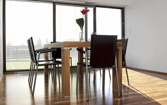 K velkému stolu v bezprostřední blízkosti francouzského okna s báječným výhledem do zahrady může rodina zasednout i v početnější sestavě