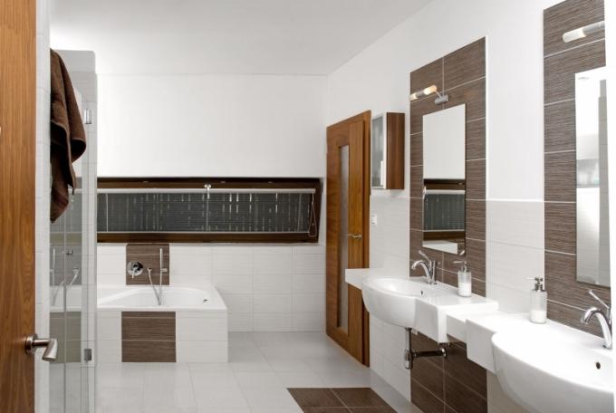 Podlouhlý tvar okna je plně v souladu s obklady a dlažbou (60 x 30 cm) v koupelně stejně jako s dalšími ¬horizontálními liniemi v interiéru
