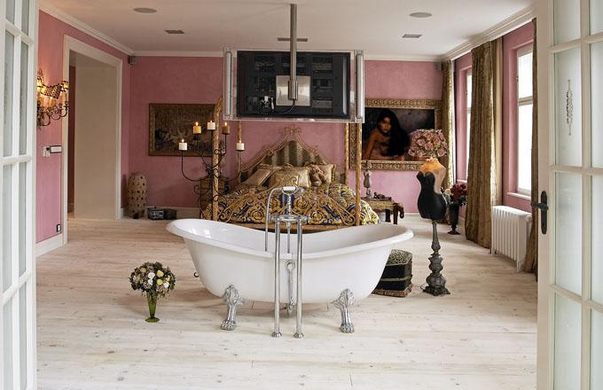 Osobité kouzlo dodává ložnici volně stojící vana na zdobných nožičkách. Atmosféru umocňuje marocký štuk růžové barvy a netradiční dekorace