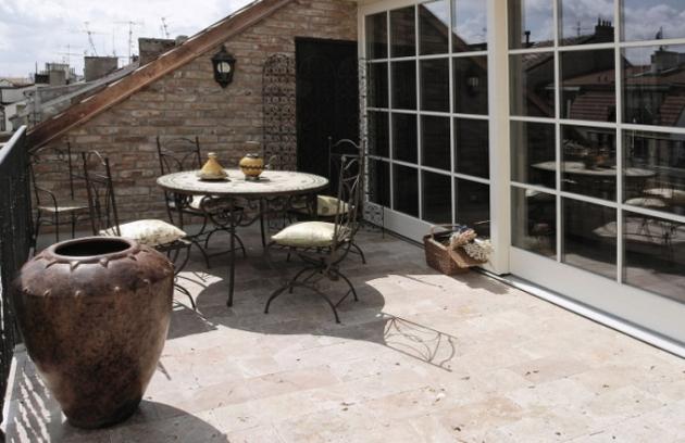 K podkroví náleží i prostorná a slunná terasa vybavená stylovým zahradním nábytkem