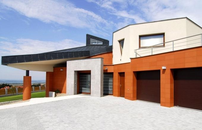 Těleso domu tvoří různě sestavené hranoly o nestejném počtu stěn