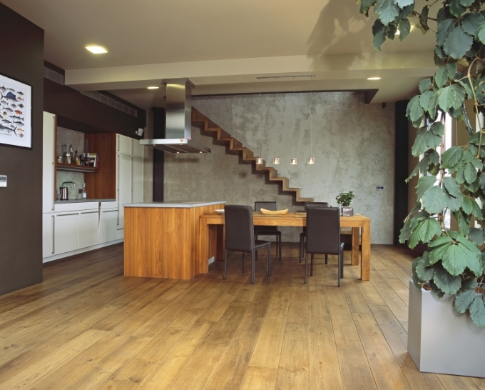 Stěnu za schodištěm řemeslníci nezvládali, takže ji autor loftu vytvářel sám s použitím plastické stěrky v několika odstínech šedé barvy