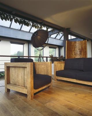 Nábytek je tvarově velmi jednoduchý a důraz je kladen na celek spíš než na solitéry