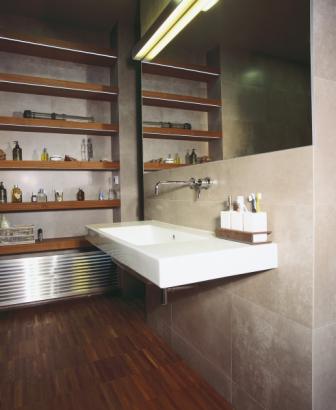 Koupelna se snaží dodržet industriální ráz celého loftu