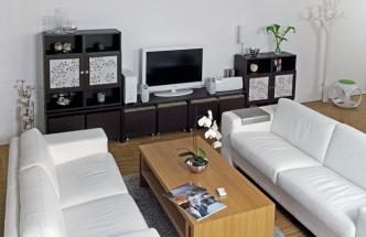 Několik libovolně sestavitelných modulů nábytku starých víc než pětadvacet let získalo díky nátěru a jiné textilii novou tvář