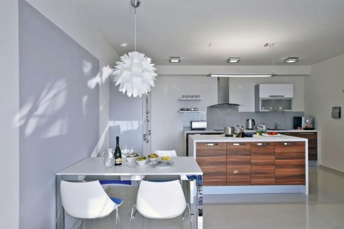 Kuchyni dominuje pracovní ostrůvek, který si majitelé nechali navrhnout tak, aby dokázal nahradit úložné prostory. V jeho útrobách se skrývá nespočet zajímavě řešených zásuvek, které jsou oku návštěvníka zcela skryté