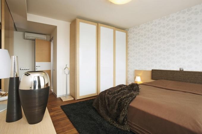 Hlavní ložnici dominuje masivní manželská postel