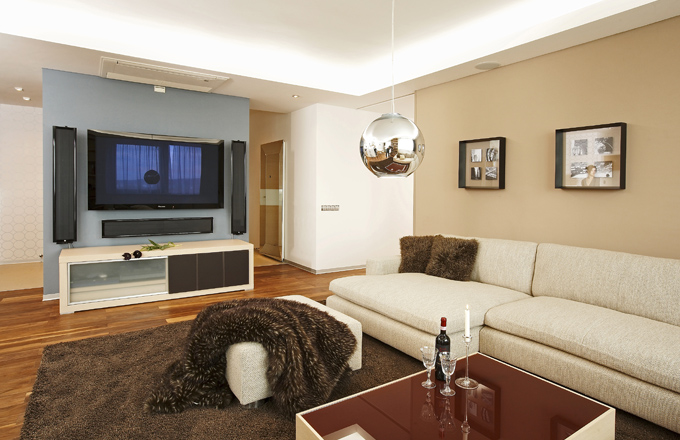 Barevnou výjimku tvoří příčka oddělující vchod od obývací místnosti