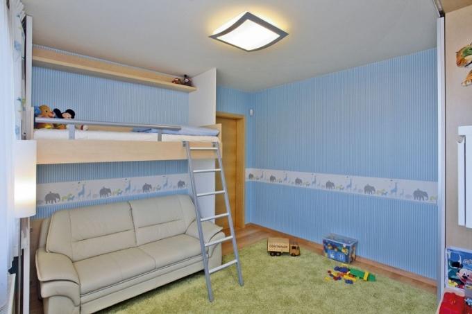 Synův pokoj je laděný do modré, nechybí dostatek prostoru na hraní ikodpočinku
