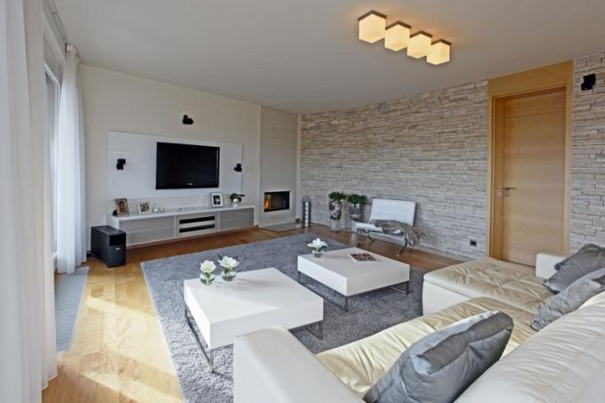 Zeď obložená štípaným vápencem je příjemným doplňkem vhlavním obytném prostoru