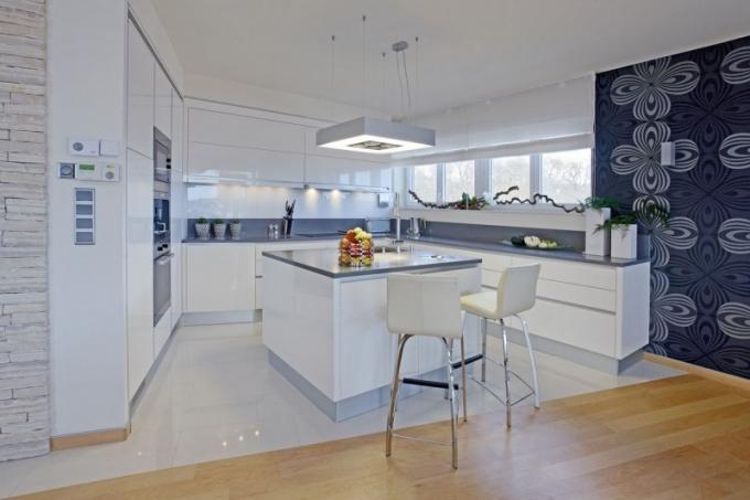 Kuchyň je podobně jako ostatní nábytek vyrobena na míru prostoru podle návrhu designérky Dáji Šulcové