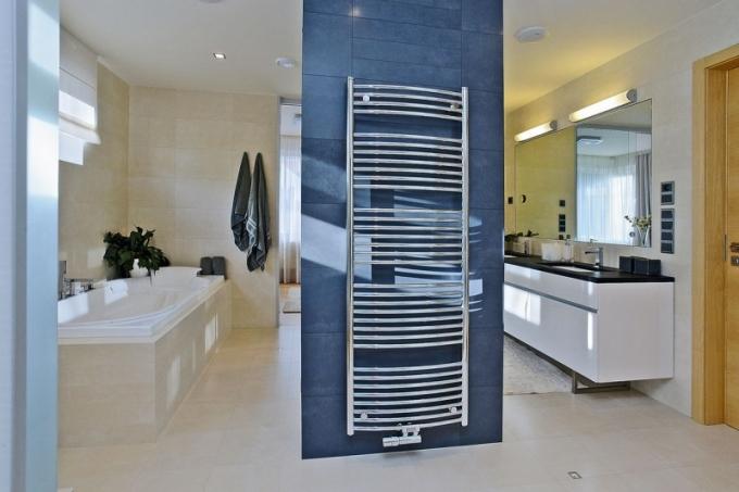 Do velkoryse pojaté koupelny se spřehledem vešla dvě umyvadla vedle sebe, vana asprchový kout, instalovaný zdruhé strany za otopným radiátorem