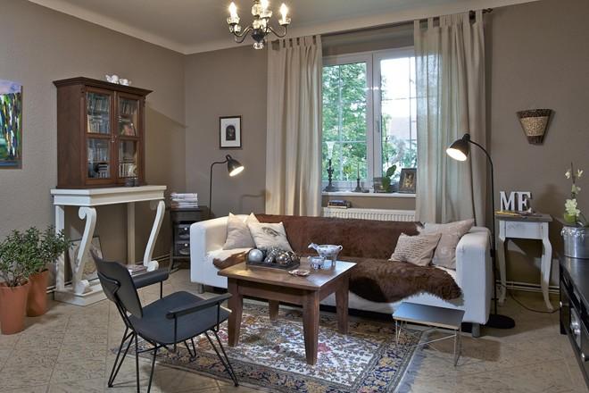 Obývací pokoj je laděný dopříjemných tónů hnědé abéžové. Opět zde najdeme originální kusy nábytku, tentokrát vkombinaci se známou pohovkou Klippan. Přehoz zhovězí kůže jí ale dodává nový vzhled