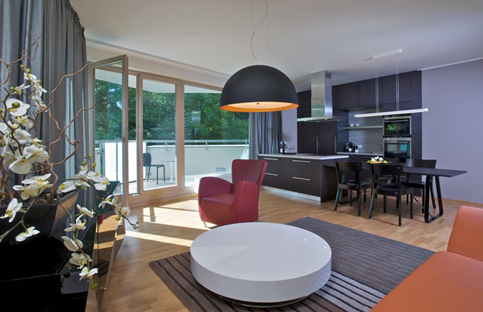 Velký obývací pokoj s kuchyňskou linkou a jídelním stolem oběma mladým ženám velmi vyhovuje. Také propojení s terasou považují za ideální