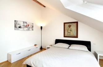 Ložnice majitele je ozdobena malbami, i přesto však působí velmi vzdušně
