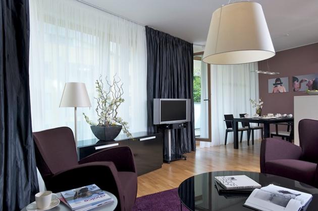 Milan je umělecky založený a má vkus, přesto si při zařizování bytu vyžádal pomoc od specializované firmy, od které koupil i některé kusy nábytku. V obývacím pokoji je to pohovka a křesla