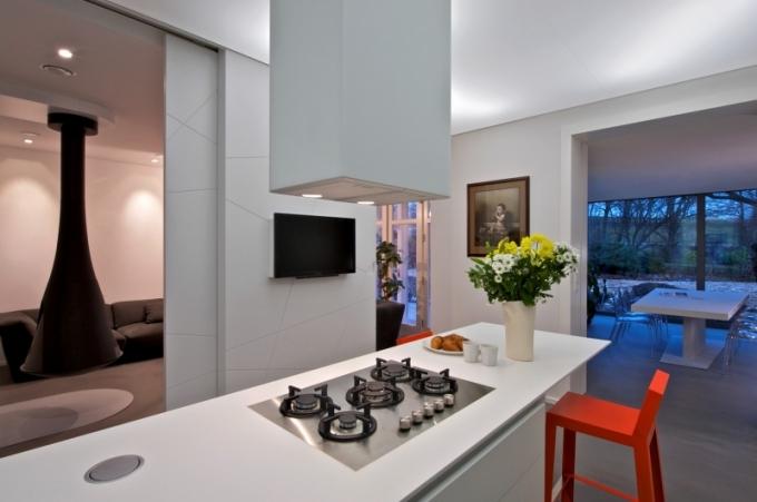 Za klidnou fasádou skříní se skrývá chladnička, mrazák, velký dřez, myčka, trouba i mikrovlnná trouba a spíž. Na podlaze je stěrka Pandomo a strop je vytvořen z barrisolu