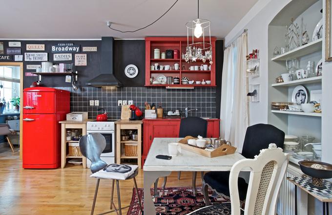 Kuchyňská linka je vyrobená z knihovny, kterou Pavla měla ve svém předchozím bytě. Protože žije v nájemním bytě, nechtěla investovat do drahé kuchyně. Knihovnu stačilo přetřít a rozdělit na dvě části