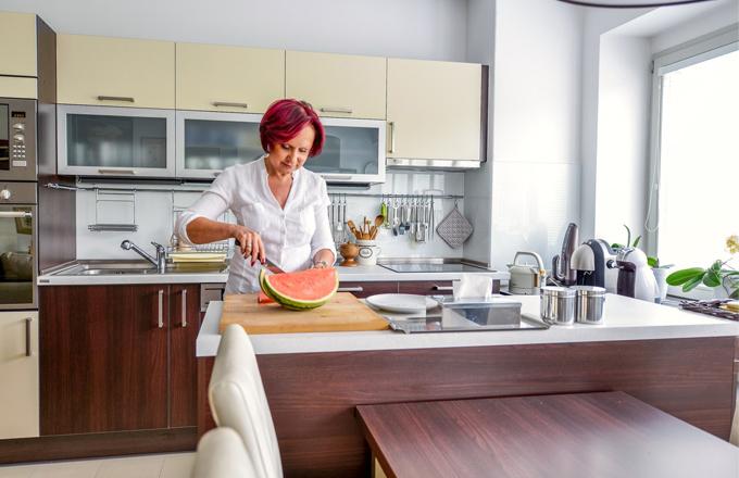 Kuchyň (Oresi) v tónech vanilky a wengé je vybavená vestavnými spotřebiči: chladničkou s mrazničkou, pečicí i mikrovlnnou troubou a indukční varnou deskou (Hotpoint), myčkou (AEG)