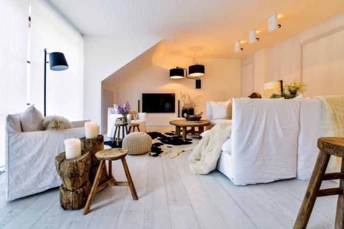 Místnosti vévodí vícedílná péřová pohovka a křesla (Gervasoni) potažená bílou lněnou textilií. Podlaha je zhotovená z bíle lakovaných a katrovaných dubových desek. Ze starého dřeva je vyroben stůl i stoličky