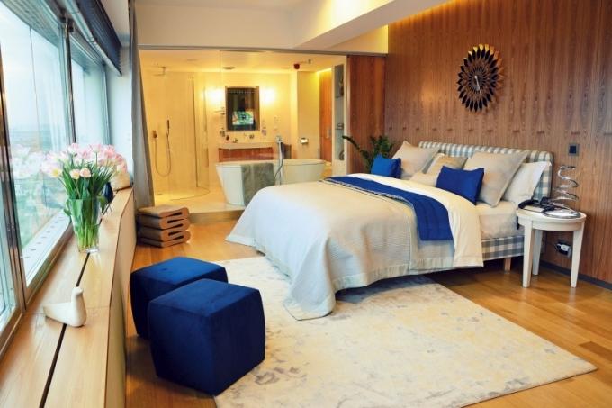 Luxusní koupelnu odděluje od ložnicové části apartmánu stěna z čirého skla. V případě potřeby ji lze pohledově oddělit posuvnou stěnou ze světlého jilmu