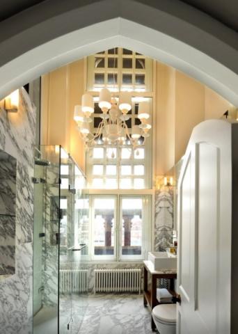 Mramorová koupelna patřící k pokoji pro hosty je umístěna v gotické věži. Dominantou prostoru je vysoké členěné okno s výhledem na King´s Cross přes historické sloupy balustrád