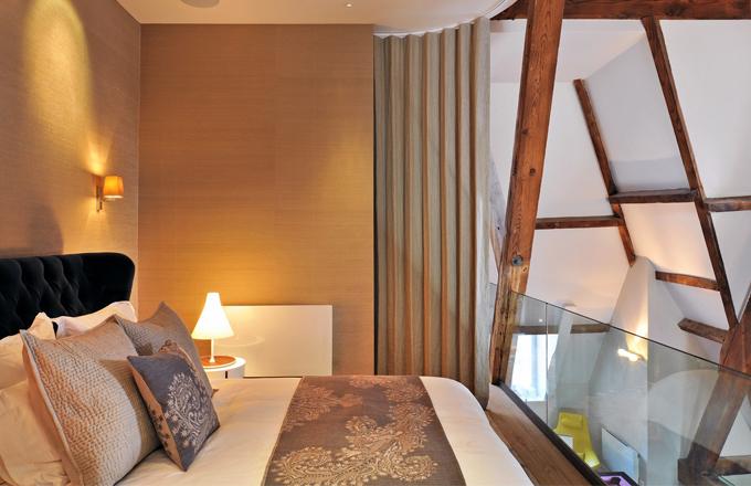 Ložnice majitele bytu je v nejvyšším podlaží a je otevřená do celého prostoru. V případě potřeby ji lze ovšem oddělit elektricky ovládanou zástěnou