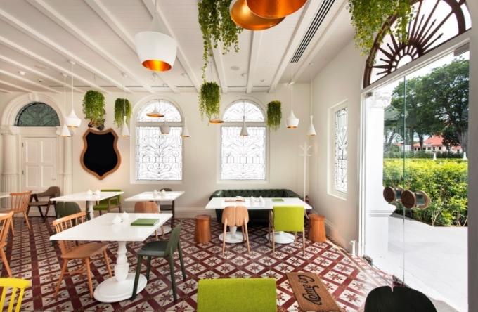 Interiér restaurace je navržen hravě a optimisticky, tak aby poskytl zázemí nejen pro gurmánský, ale i pro společenský zážitek
