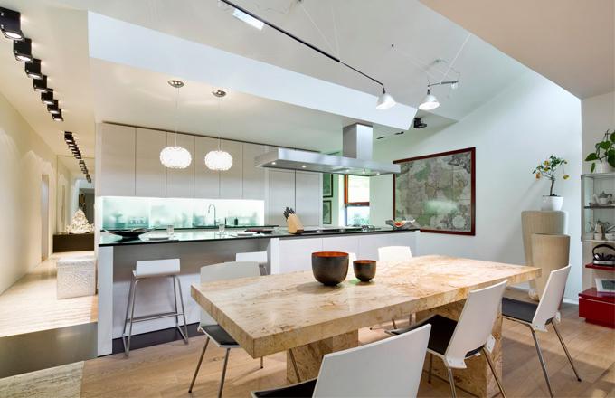 Kuchyňskou část i jídelní stůl z přírodního travertinu navrhla architektka Bára Škorpilová, kuchyň dodala firma Sedlák interiéry, kovové tepané misky jsou z Indonésie (Sarong)