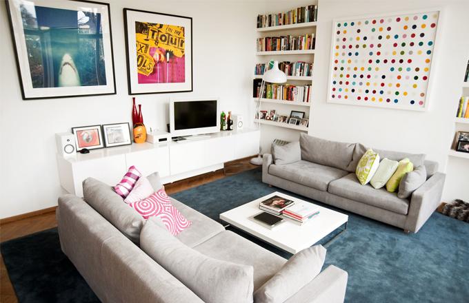 Sběratelská vášeň se v domě Warrena a Claire nezapře a stěny jsou přednostně určeny uměleckým fotografiím a plátnům. Obrazu Spot Painting od Damiena Hirsta se dokonce musela přizpůsobit stěna komína