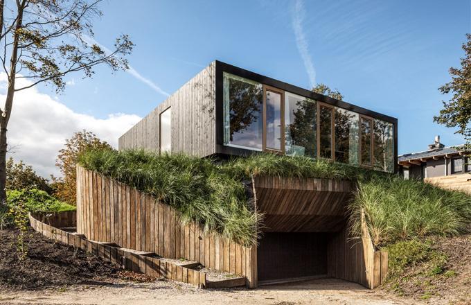 Exteriér domu je stejně dokonalý jako jeho interiér. Budova nevyčnívá do krajiny, naopak se s ní prolíná a jemně a mírně z ní vystupuje