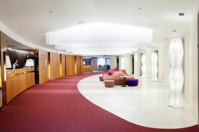 Návštěvníky hotelu přivítá prostorná hala s recepcí a obchodem pro golfisty, příjemné posezení poskytují sedačky značky Moroso