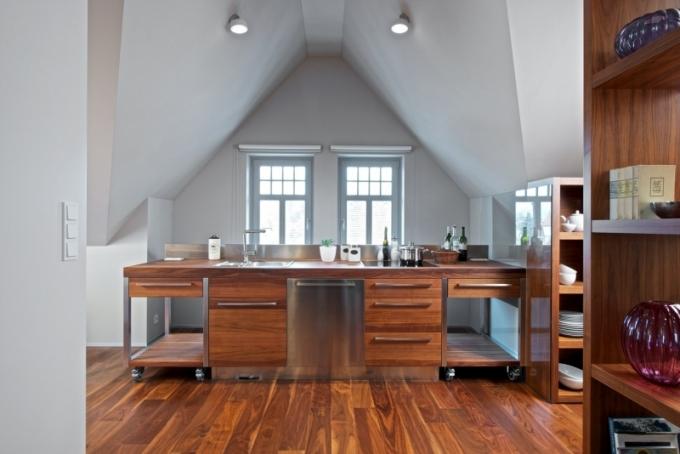 Kuchyňská sestava je zhotovená na míru, nádobí je uložené v samostatných modulech kolem