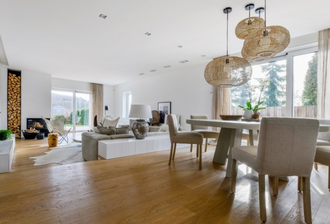 Nábytek je zhotovený na míru podle návrhu architekta Martina Franka z bíle lakované dýhy dubu včetně dveří a dílčích obkladů. Intimní osvětlení poskytuje atraktivní lampa (Deconcept). Lakovaný kulatý jídelní stůl (design Martin Frank) je doplněn šesti židlemi (Big Nose) s lněnými potahy a stropními svítidly značky Broste