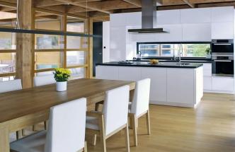 Pohledové plochy kuchyňského nábytku INFINI jsou z vysoce odolného materiálu Thermopal, provedení vysoký lesk, cena 150 000 Kč