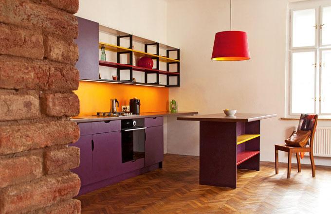 Odvážná kombinace barev dodává prostoru švih a svěžest. Skříňky i police jsou vyrobeny na míru podle návrhu architektky