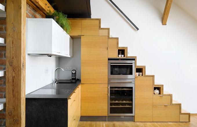 Vestavěné kuchyňské spotřebiče využívají prostor pod schody