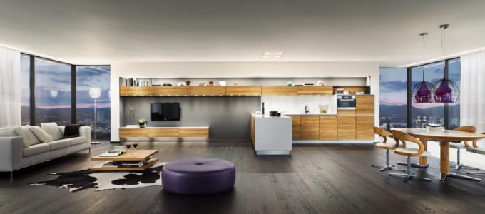 Kuchyňskou sestavu Vao a obývací nábytek Lux stylově sjednocuje materiál (masivní dub) a zkosené hrany na předních plochách