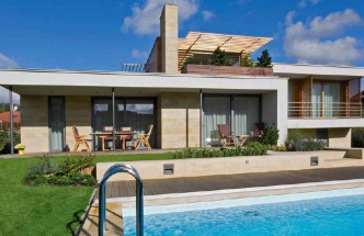 Vnější forma domu nepotlačuje vnitřní členění, jak tomu u moderní architektury někdy bývá, ale naopak naznačuje uspořádání interiéru do čtyř výškových úrovní. Společná obývací část s krytou terasou je umístěna v úrovni zahrady a navazuje na bazén. Přesahující stropní desku podpírají tenké ocelové sloupky.