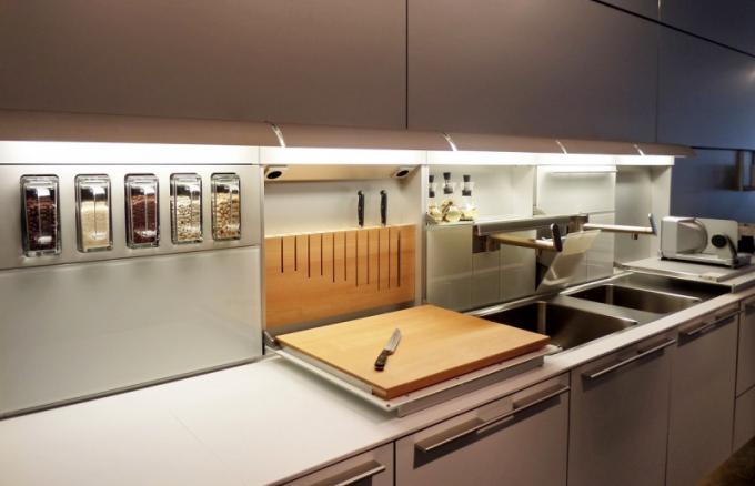 Systém funkčních boxů z konceptu Bulthaup b3 nabízí možnost ukládat nože, sklopnou krájecí desku či kořenky