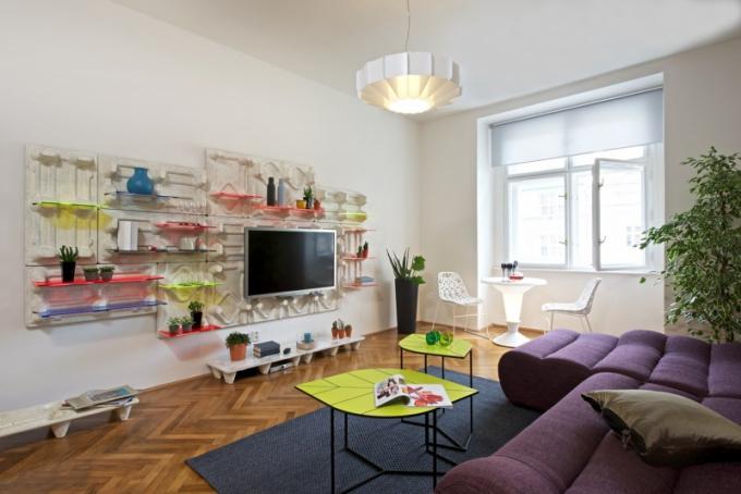 Obývacímu pokoji dominuje nástěnný systém panelů s policemi La Paleta a konferenční stolky Leaf z dílny designérů Kdomážidlibydlí