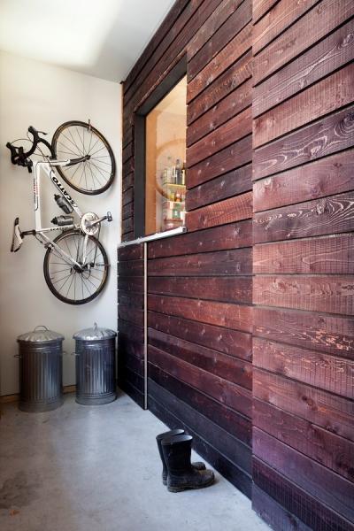 Z prken postavená stěna vnitřního domu v sobě skrývá úložný prostor třeba na pračku